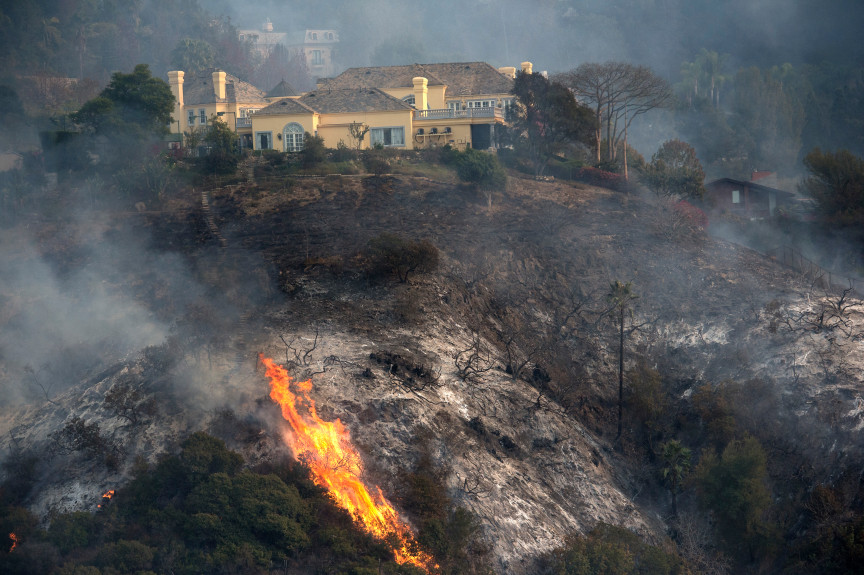 Los Angeles City firefighters battle the Skirball Fire in Bel-Air on Wednesday, Dec. 06, 2017. (Photo by Ed Crisostomo, Los Angeles Daily News/SCNG)